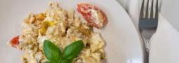 Restkartoffeln mit Feta, Tomaten und Ei
