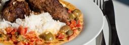 Cevapcici mit Paprika-Kapern-Gemüse