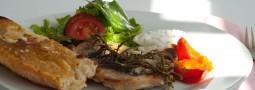 Rustikale Sommerkoteletts mit Knoblauchbrot