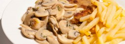 Schnitzel, Pommes und Rahmchampignons